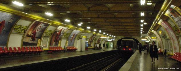 パリのメトロ Station de Métro parisien Champs-Élysées-Clemenceau