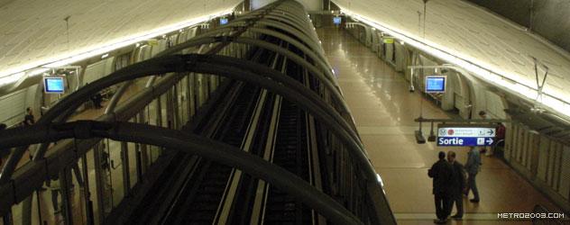 パリのメトロ Station de Métro parisien Pyramides