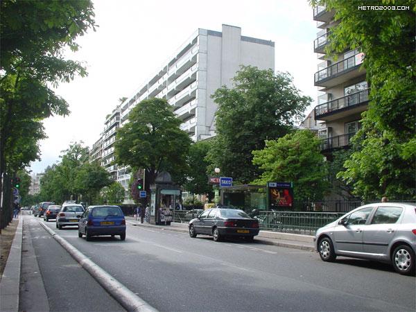 rue de la pompe metro a paris. Black Bedroom Furniture Sets. Home Design Ideas